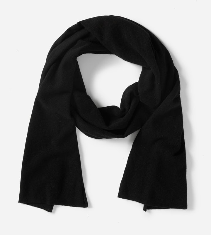 Meghan Markle wears the Everalane The Cashmere Scarf in black